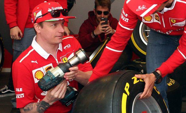 Kimi Räikkönen pääsi testaamaan varikkomiesten hommia vuosi sitten ennen Espanjan GP:tä järjestetyssä yleisötilaisuudessa.