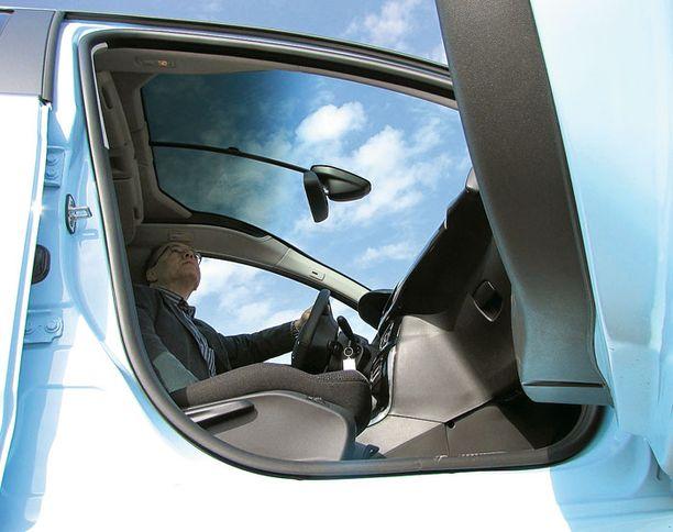 TAIVASKATTO Uusi Botticellin sininen väri korosti ison tuulilasin taivaallista tunnelmaa ajo-autossamme.