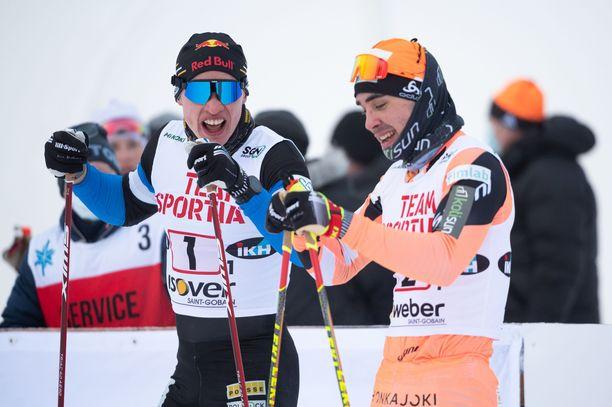 Iivo Niskanen (vas.) ja Ristomatti Hakola eivät kilpaile sunnuntaina SM-sprintissä. Kuva perjantain pariviestistä.