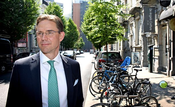 Komissaari Jyrki Katainen kävi keskiviikkona aurinkoisessa Brysselissä lounaalla taustalla kohoavan Euroopan komission päärakennuksen Berlaymontin ulkopuolella.