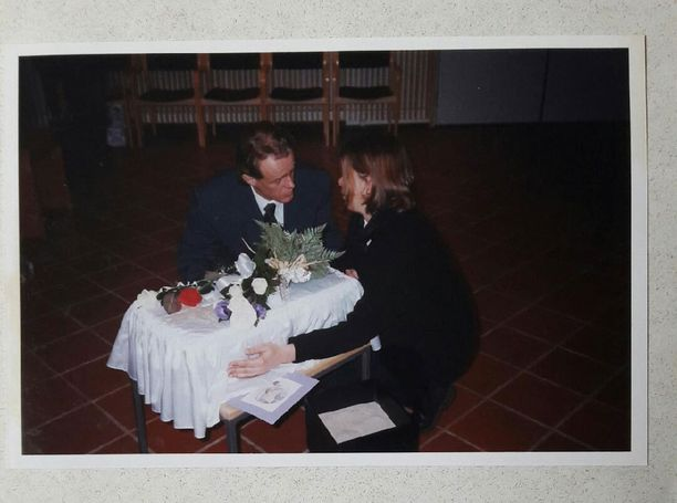 Mirja Kokko miehensä kanssa kohtuun kuolleen Villen siunaustilaisuudessa 22. joulukuuta 1998.