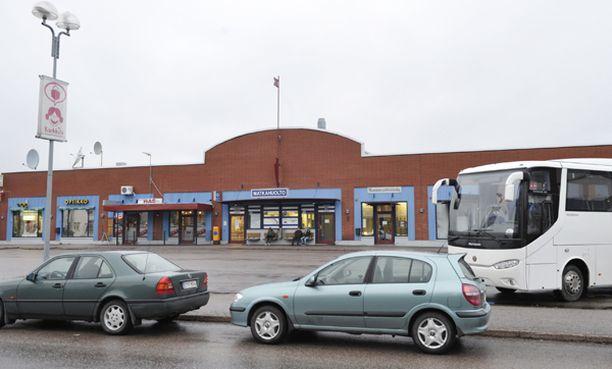 Karkkilan linja-autoasemalla on viime päivinä riittänyt lottoajia.