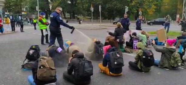 Poliisi käytti paprikasumutetta kadulla istuneita Elokapina-mielenosoittajia vastaan sen jälkeen, kun mielenosoittajat eivät olleet totelleet poliisin poistumiskäskyjä.