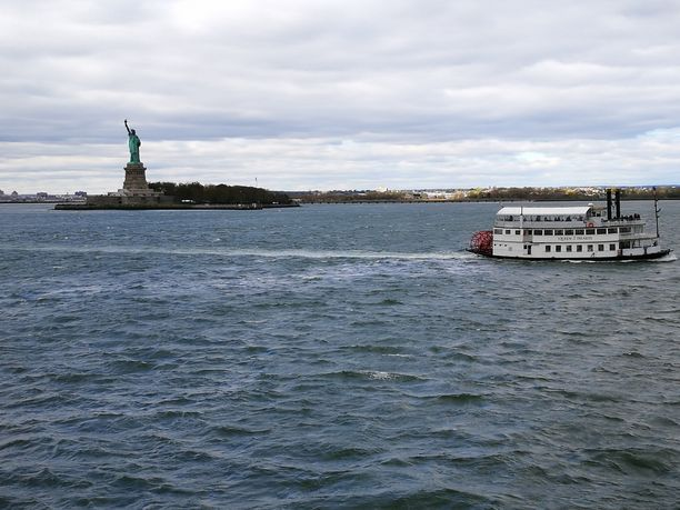 Staten Island Ferry ei vie patsaan luokse, mutta ajelee ohitse tarjoten hyvät maisemat.