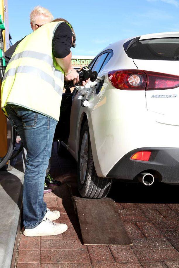 Tankki saadaan mahdollisimman täyteen ajamalla täyttöaukon puoleinen takarengas pukille. Alku- ja lopputankkauksessa polttoainetta lirutetaan viisi minuuttia.