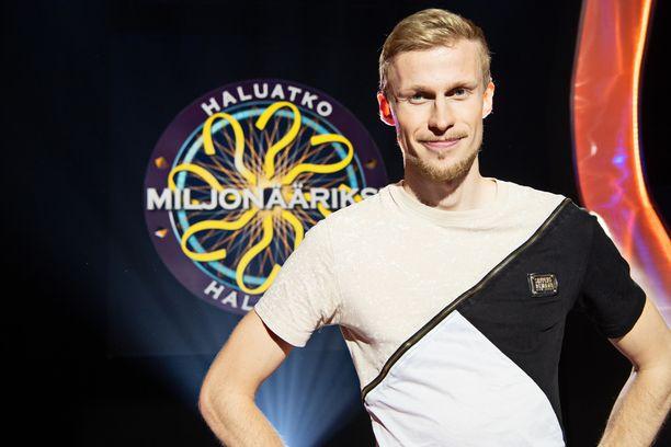 Vuonna 2012 pelivideoilla tubettamisen aloittanut Bäck on nähty myös MTV3:n Fort Boyard Suomi - kisailuohjelmassa. Hän voitti ohjelman yhdessä Janni Hussin ja Sami Uotilan kanssa.