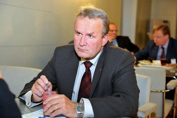 Kansanedustaja Hannu Hoskosen mukaan sote johtaa kuntien itsehallinnon romahtamiseen.