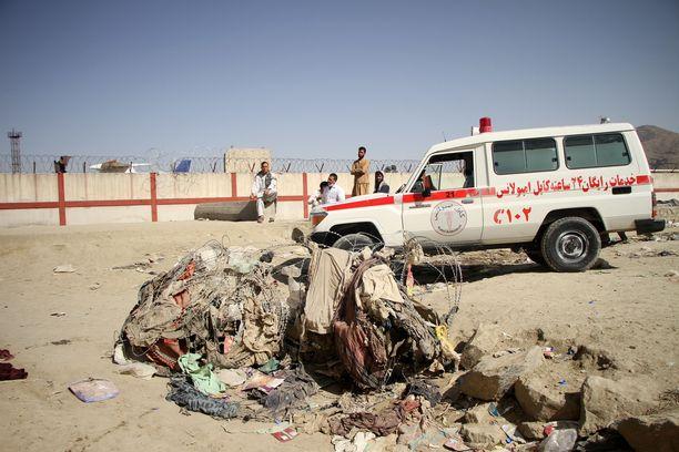 Ambulanssi Kabulin lentokentän lähellä torstaina tapahtuneen pommi-iskun jälkeen. Iskun otti nimiinsä terrorijärjestö Isisin haara, joka on sekä USA:n että Talibanin vihollinen.