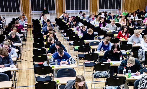 Ylioppilastutkintolautakunnasta (YTL) kerrotaan STT:lle, että uudelleenarviointi koskee ainakin pariakymmentä koulua ympäri Suomea.