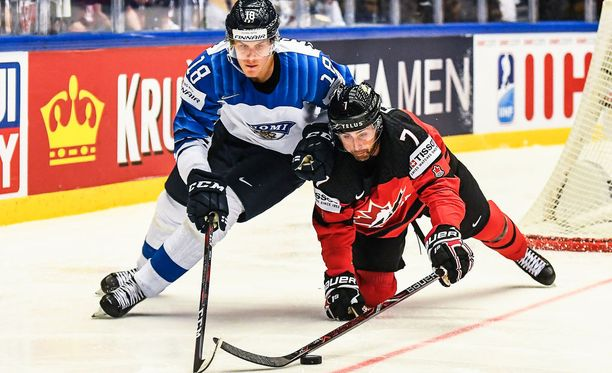 Saku Mäenalanen vääntämässä jääkiekon MM-kisoissa keväällä 2018 yhdessä maailmantähti Jordan Eberlen kanssa.