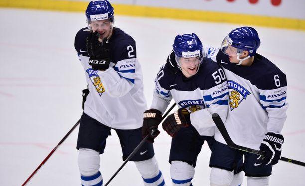 Juhamatti Aaltonen (keskellä) sai onnittelut 2-0-osumastaan.