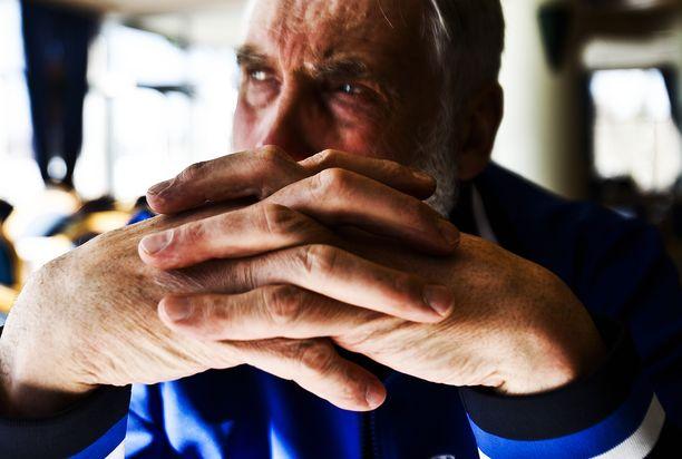 Juha Miedolla on suuret kädet. Kurikan jätin syliväli on suurempi kuin 217 senttiä.