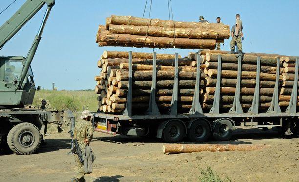 Yleensä vapaaehtoiset, tällä kertaa kuitenkin Ukrainan hallitus toimittavat etulinjaan puuta rakennustarpeiksi.