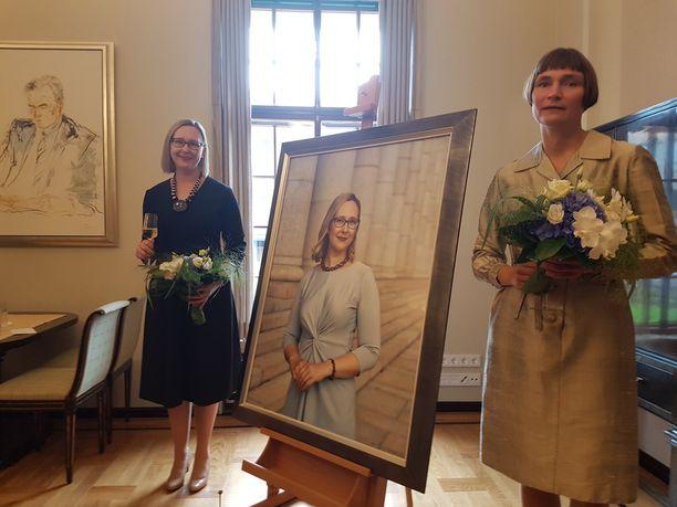 Entinen puhemies Maria Lohela ja valokuvataiteilija Elina Brotherus.