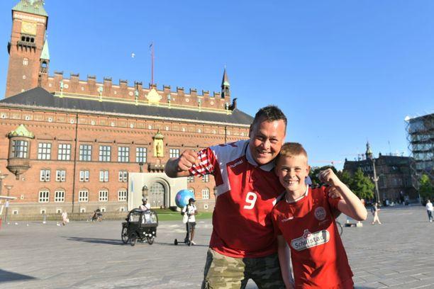Kööpenhaminan kuuluisa Raatihuoneenaukio on jo värjäytynyt punavalkeaksi.