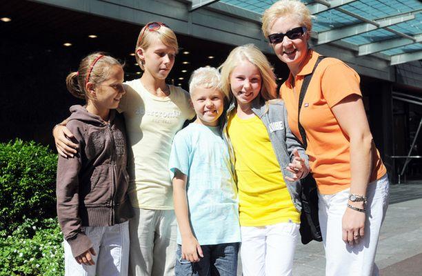 Henrika Parviainen, Erika Parviainen, Niklas Graanhede, Micaela Graanhede ja Anu Graanhede toivovat näkevänsä Madonnan edes vilaukselta Hotelli Kämpin edessä.