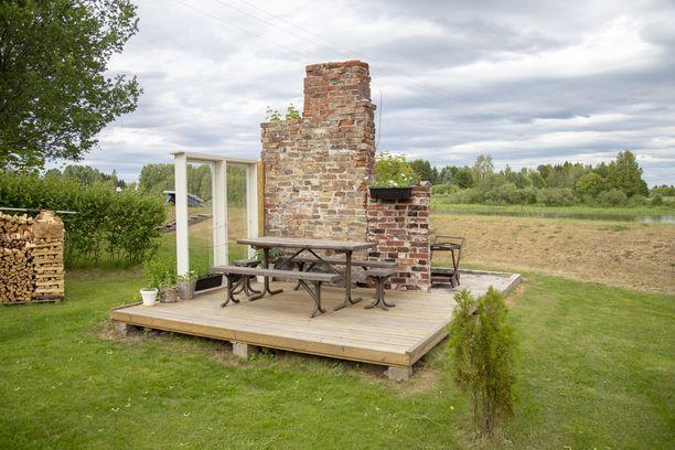 Pihamaalla oli vanha saunarakennus, jota Naukkariset käyttivät varastona. Rakennus paloi viime pääsiäisenä, ja tilalle tehtiin terassi.