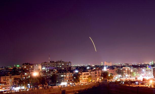 Syyrian ilmapuolustustulta sunnuntaina Damaskoksessa.