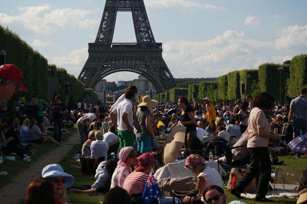 Pahimmillaan Eiffel-tornin ympäristössä näyttää tältä. Kuva on otettu Ranskan kansallispäivänä 14. heinäkuuta, eli aivan jokapäiväisestä tilanteesta ei sentään ole kyse.