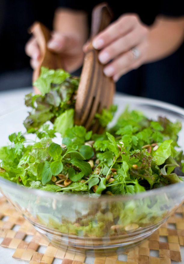Yhdistele reippaasti erilaisia salaatteja, myös tuoreet yrtit sopivat salaatin joukkoon.