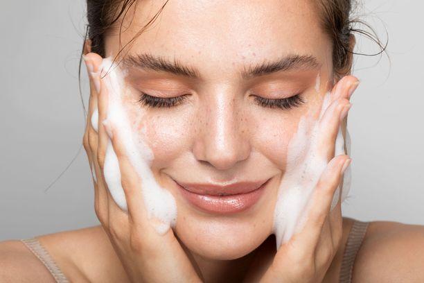 Ihonhoidon ammattilaiset neuvovat vähintäänkin pesemään kasvot kerran päivässä. Myös ihon kosteuttaminen ja aurinkosuojan käyttäminen kannattaa ottaa rutiineiksi.