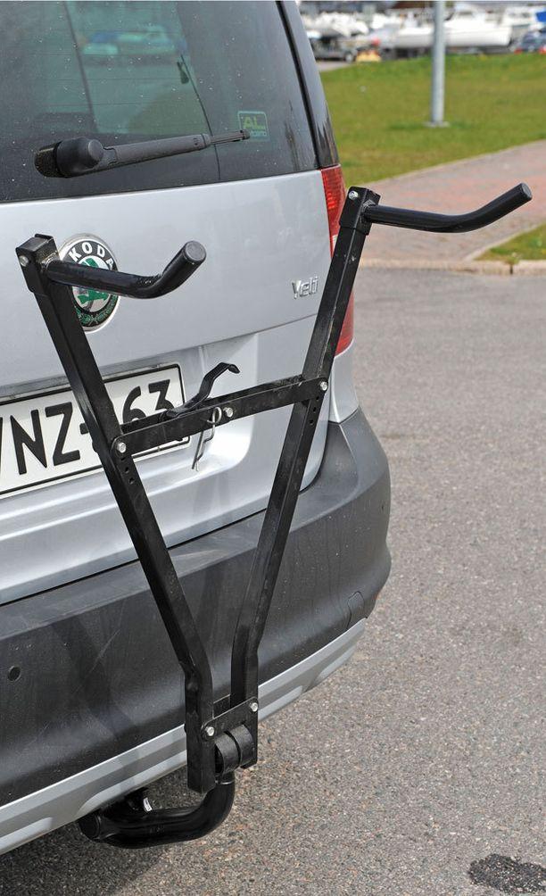 Halpaa saksimallista telinettä ei saa välttämättä kiinnitettyä tukevasti autoon eikä pyörää telineeseen.
