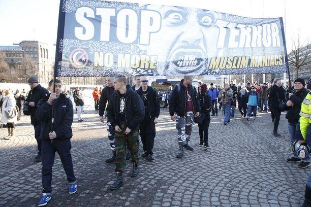 """Lauantaina """"puhdistus-mielenosoitus"""" pyrki lopettamaan turvapaikanhakijoiden mielenosoituksen."""
