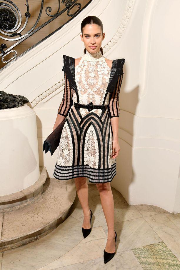 Huippumalli Sara Sampaion asusta tulee auttamatta mieleen Gossip Girl -sarjan Blair Waldorf. Hienostuneen tyylikäs asu on  Jean-Paul Gaultierin.