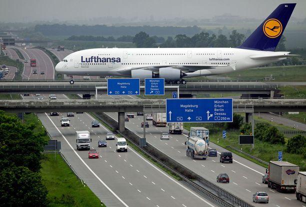 Maailman suurin matkustajakone Airbus A380 on melkoisen massiivinen alla kulkeviin autoihin verrattuna.