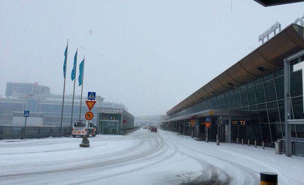 Lentokentän toimintaan lumipyryssä vaikuttavat näkyvyys, tuulen suunta ja kiitoteiden käytettävyys sekä se, miten lentokoneiden jäänpoisto onnistuu.
