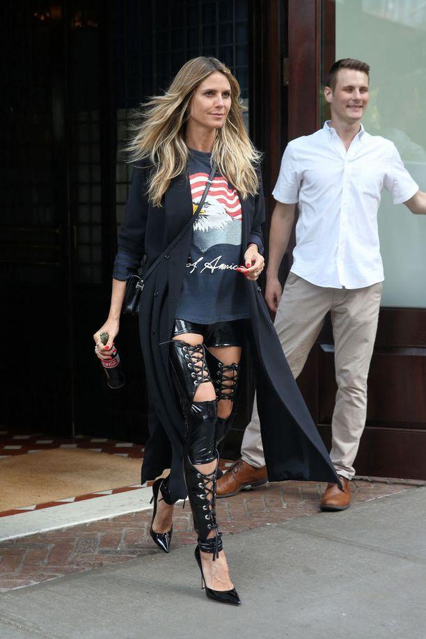 Heidi Klum taitaa rokahtavan arkipukeutumisen. PVC-nyörihousut näyttävät täydelliseltä yhdistettynä hieman kauhtuneeseen printtipaitaan. Nämä housut meidän on pakko saada!