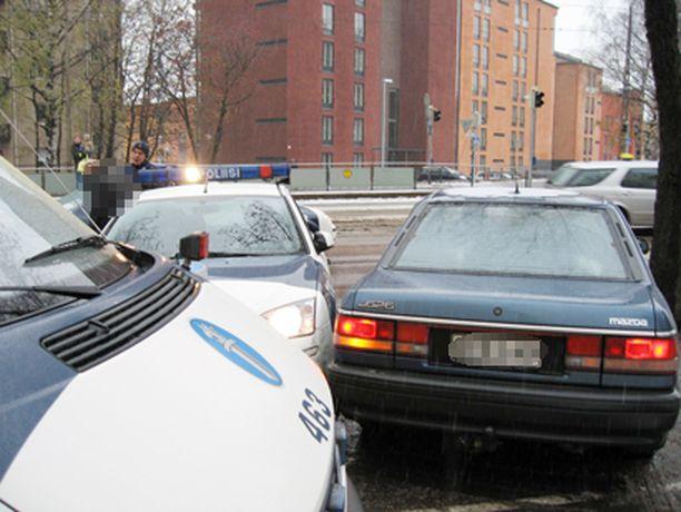 Poliisi sulutti rattijuopon takaa-ajon jälkeen Pikku-Huopalahdessa.
