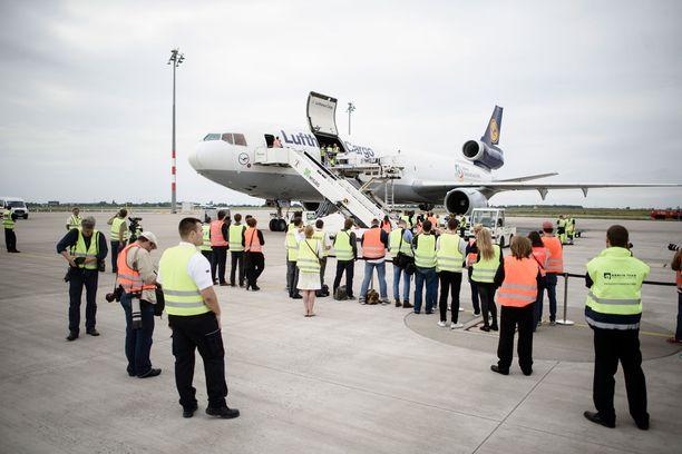 Schönefeldin lentoasemalla Berliinissä arvovieraita oli vastaanottamassa kaupungin pormestari ja Kiinan Saksan-suurlähettiläs sekä sakea joukko toimittajia ja virkailijoita.
