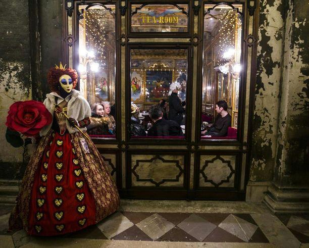 Karnevaalin aikaan järjestetään myös erilaisia konsertteja ja naamiaistanssiaisia. Tanssiaisliput voivat olla hyvinkin kalliita.