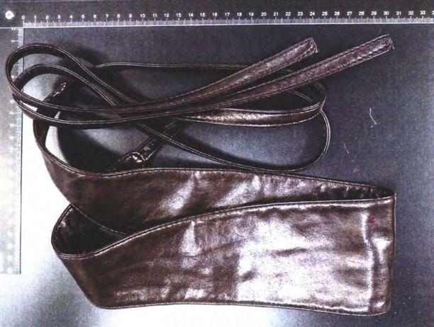 Penttilän kotoa takavarikoiduissa tavaroissa oli muun muassa hansikkaita ja nahkavöitä.