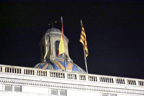 Ainakin vielä sunnuntai-iltana Katalonian keskushallinnon rakennuksen katolla olivat sekä Katalonian että Espanjan liput.