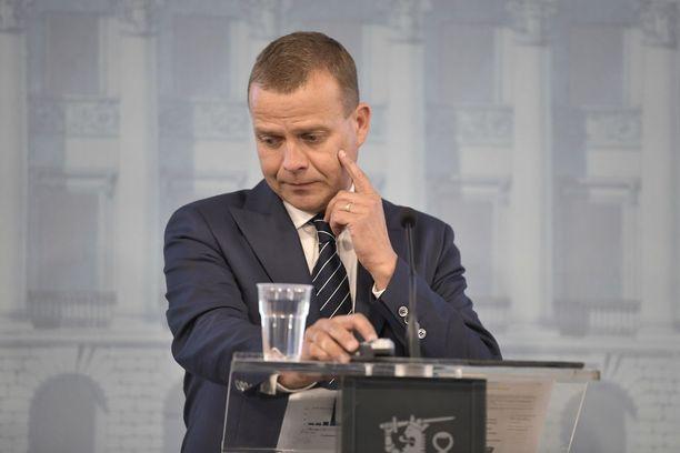 Valtiovarainministeri Petteri Orpo esitteli ensi vuoden budjettiehdotuksen keskiviikkona. Valtiovarainministeriön budjettiehdotus on 1,7 miljardia euroa alijäämäinen. Valtionvelka nousee ensi vuonna arviolta 109 miljardiin euroon.