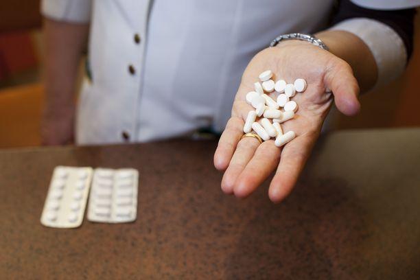 Lääkekatto nousee hieman, kun taas alkuomavastuu ja lääkekorvaukset pysyvät ennallaan. Kuvituskuva.