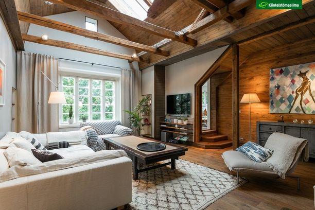 Klassinen jalkalamppu sopii niin antiikkiseen, minimalistiseen kuin kodikkaaseen kotiin. Jalkalamput tuovat hyggen henkeä kotiin päivälläkin.