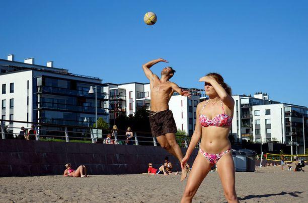 Rantalentopallo on oivallinen tapa viettää kesäpäivää. Silloinkin on syytä muistaa juominen ja tauot varjossa.