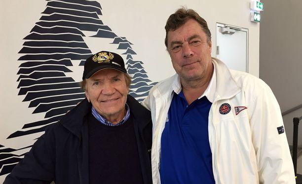 Eino Grön (vas.) tapasi Pariisin jäähallissa vanhan tuttunsa Anssi Rauramon. Herrat muistelivat lämmöllä Naganon vuoden 1998 olympiakisoja, kun Leijonat voitti pronssia.