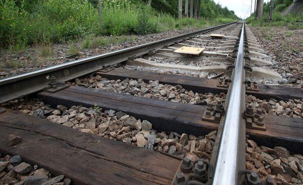 Itä-Uudenmaan poliisilaitos on saanut pelkästään kesäkuuhun mennessä hälytyksen joko junaraiteilla leikkivien tai junarataan kohdistetun ilkivallan vuoksi yli 30 kertaa.