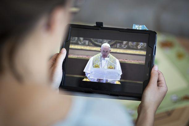 Paavi Franciscuksen pääsiäismessua saattoi seurata älylaitteilla ympäri maailmaa.