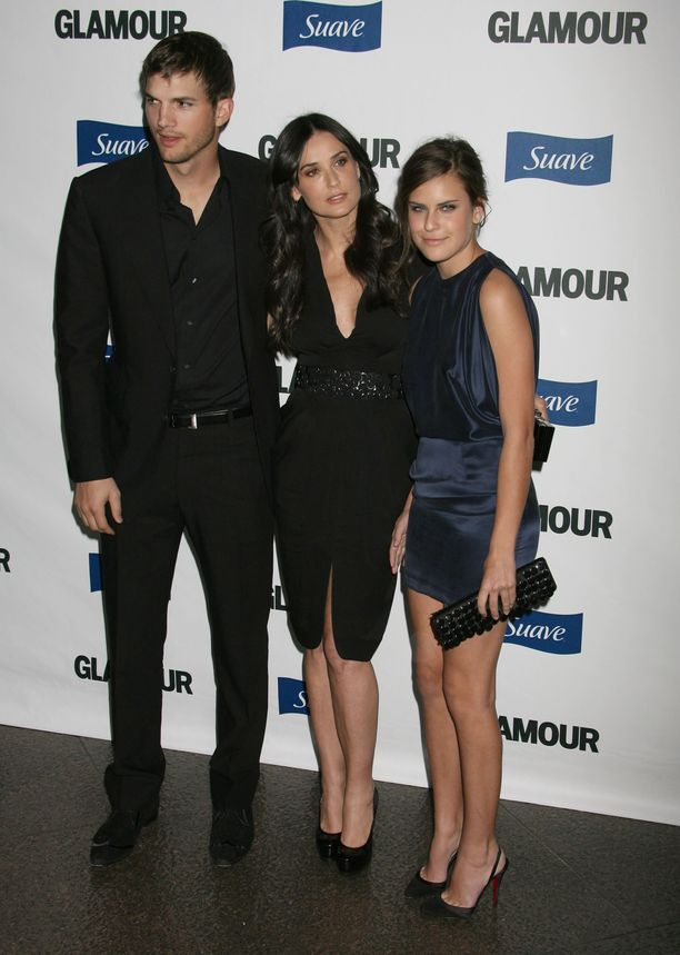 Tallulah Moore (oikealla) äitinsä ja Ashton Kutcherin kanssa vuonna 2008.