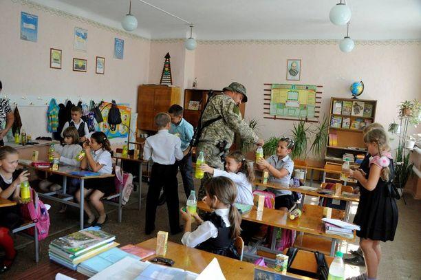 Sotilaat vievät lapsille välipalaa aina koululla vieraillessaan.