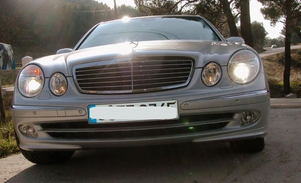 Epäillyn auto oli kuvan Mercedes-Benzin kaltainen henkilöauto. Kuvassa Iltalehden koeajoauto runsaan kymmenen vuoden takaa.