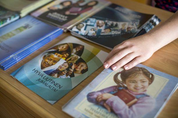 Jehovan todistajien jakamia lehtiä.