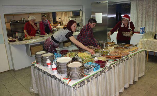 Yksinäisten jouluun valmistui monien herkkujen joulupöytä.