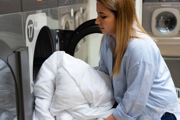 24 Pesulan koneilla, pesuaineilla ja ohjeilla on aina helppo toimia. Kotona tehdyt valmistelut nopeuttavat pesulakäyntiä.