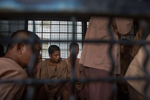 Rakennustyömiehet Zaw Lin (takana vas.) ja Win Zaw Htun (takana oik.) ovat syytettynä kahden murhan ja raiskauksen lisäksi myös laittomasta maahantulosta.